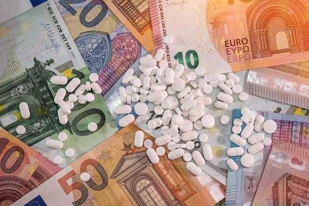 Rozproszone pigułki na banknotach euro z bliska