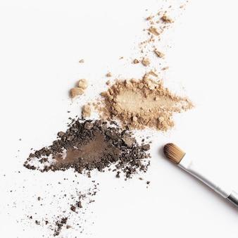 Rozproszony jasny i ciemnobrązowy cień do twarzy i cień do oczu lub pędzel do makijażu