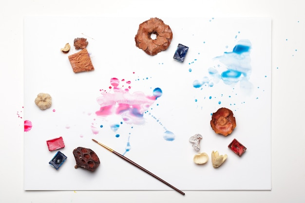 Rozpryski farby akwarelowej i materiałów malarskich