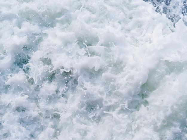 Rozpryski i krople morza.