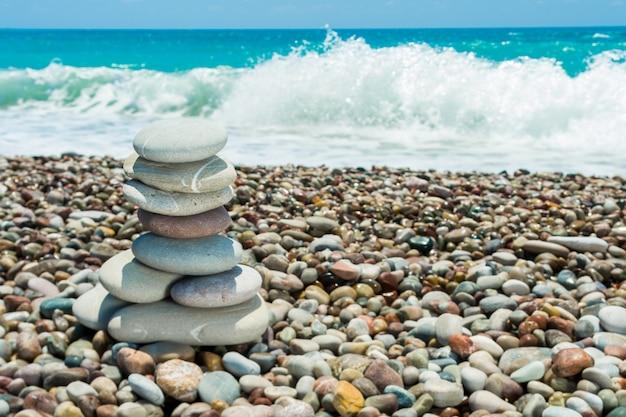 Rozpryski wody morskiej rozbijającej się o skały przybrzeżne