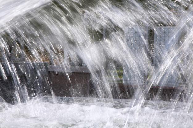 Rozpryski wody w fontannie miejskiej