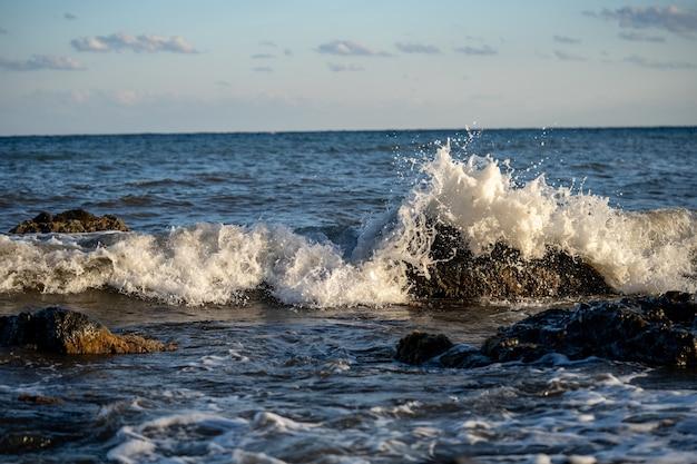 Rozpryski z fal uderzających o skalisty brzeg