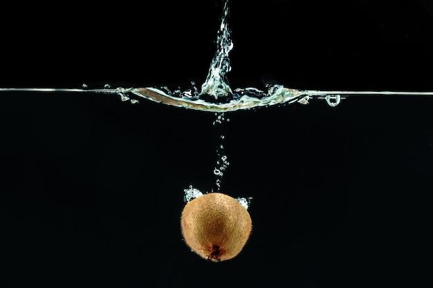Rozpryskiwanie owoców kiwi na wodzie