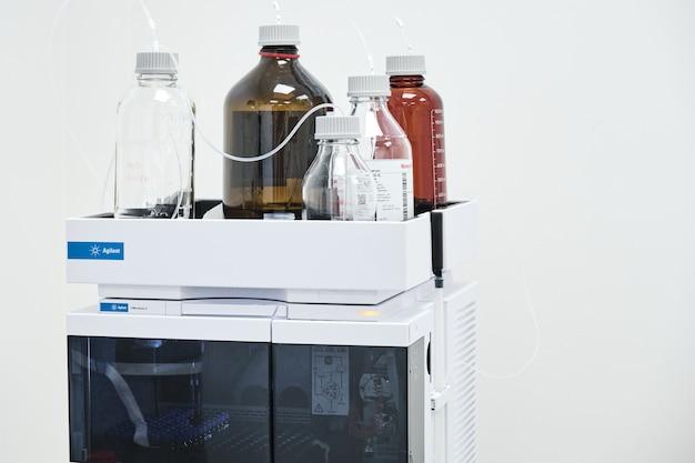 Rozpuszczalniki fazy ruchomej w systemie agilent hplc do separacji związków organicznych w laboratorium chemicznym lub farmaceutycznym.