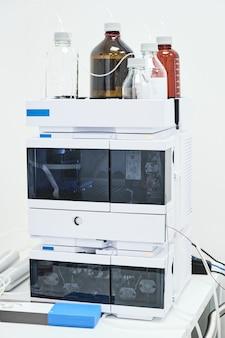 Rozpuszczalniki fazy ruchomej w systemie hplc do separacji związków organicznych w laboratorium chemicznym lub farmaceutycznym.