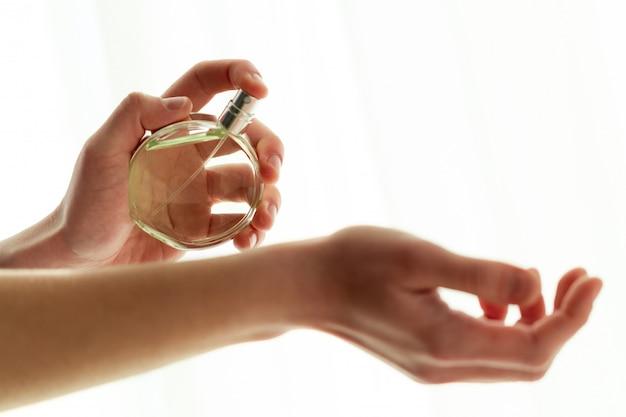 Rozpylaj ulubione perfumy z bliska na delikatny nadgarstek