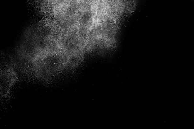 Rozpylanie proszku dla wizażystki lub grafiki na czarnym tle
