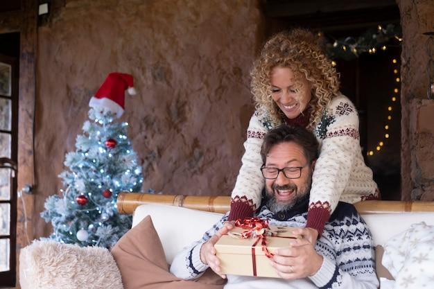 Rozradowany mąż otrzymuje w domu prezent świąteczny od żony
