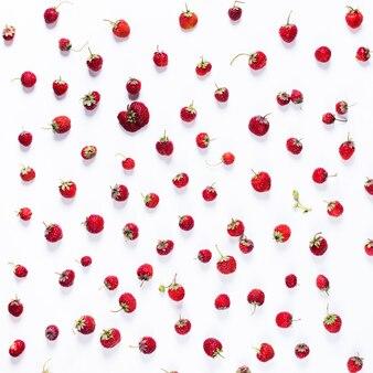 Rozrzucona truskawka odizolowywająca na bielu. organiczna jagoda