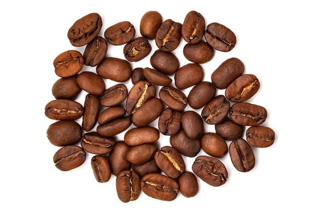 Rozrzucone duże ziarna kawy na białym tle