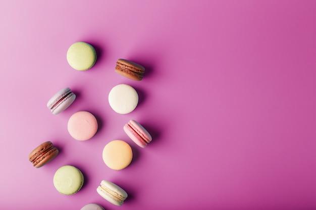 Rozrzucone kolorowe francuskie ciasteczka macaron