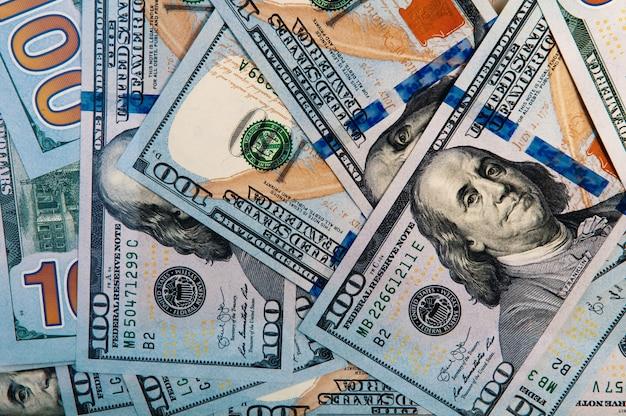 Rozrzucone są banknoty o wartości stu dolarów amerykańskich