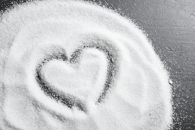Rozrzucony cukier na czarnym tła zakończeniu up