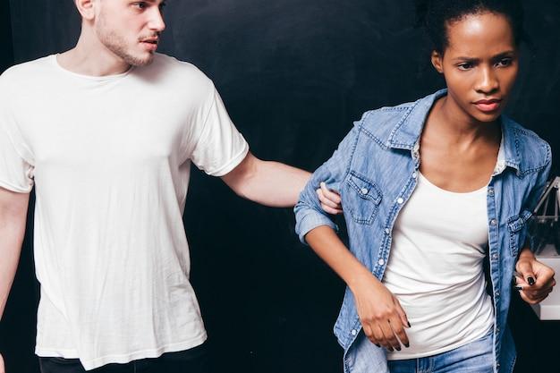Rozstanie pary, problem związku czarnej kobiety i białego mężczyzny, koniec bycia razem