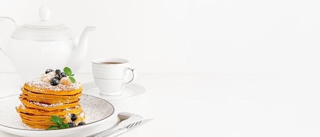 Rozsypisko amerykańscy bliny lub fritters na bielu stole. baner, miejsce.