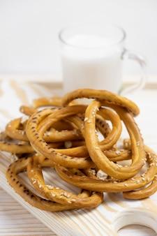 Rozsypisko bagels z sezamowymi ziarnami na drewnianym tle