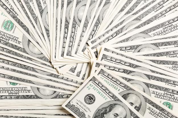 Rozsypisko dolarów amerykańskich rachunków pieniądze tło