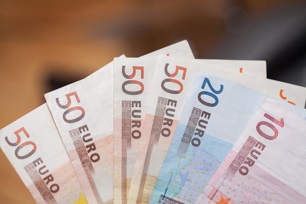 Rozsypisko euro banknoty na drewnianym stole