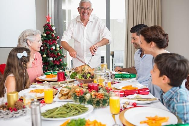 Rozszerzona rodzina przy stołem na boże narodzenie obiad w domu