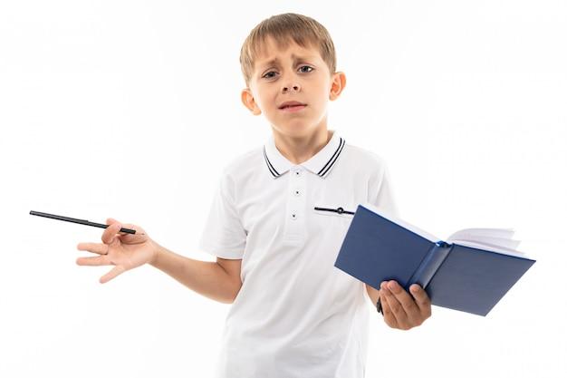 Rozumowanie chłopca z książką i piórem w ręku na białym tle
