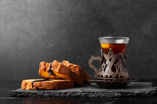 Rozwałkuj plastry ciasta szklanką herbaty.