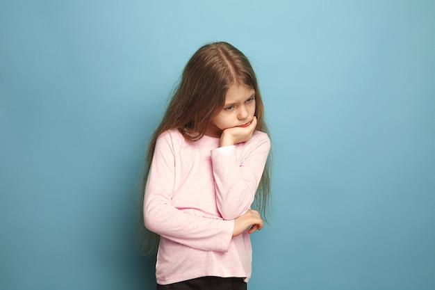 Rozważna dziewczyna. teen dziewczyna na niebiesko. wyraz twarzy i koncepcja emocji ludzi