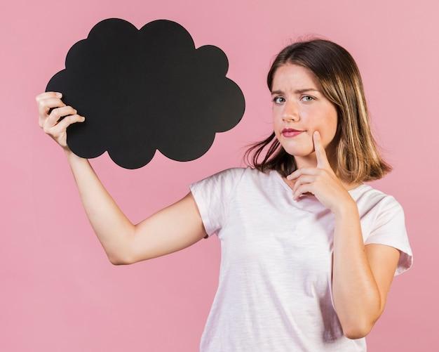 Rozważna dziewczyna trzyma mowa balon