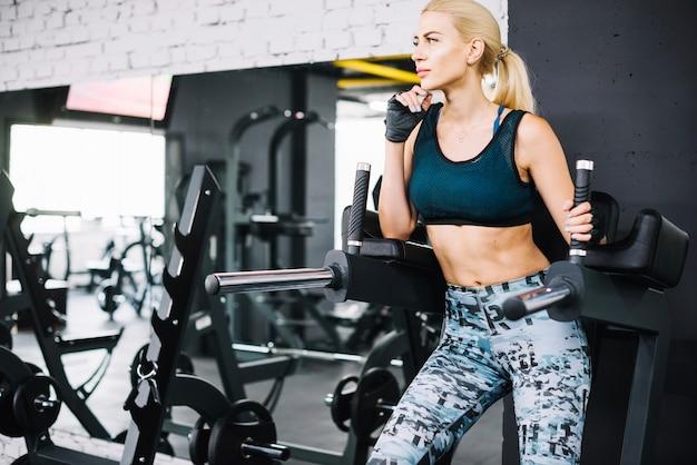 Rozważna kobieta na ćwiczenie maszynie