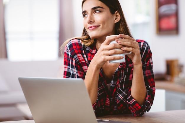 Rozważna kobieta trzyma kawowego kubek