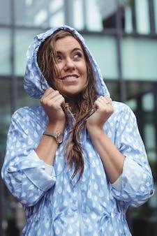 Rozważna piękna kobieta jest ubranym windcheater