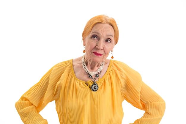 Rozważna starsza kobieta, starsza kobieta na białym tle ocenia zalety i wady