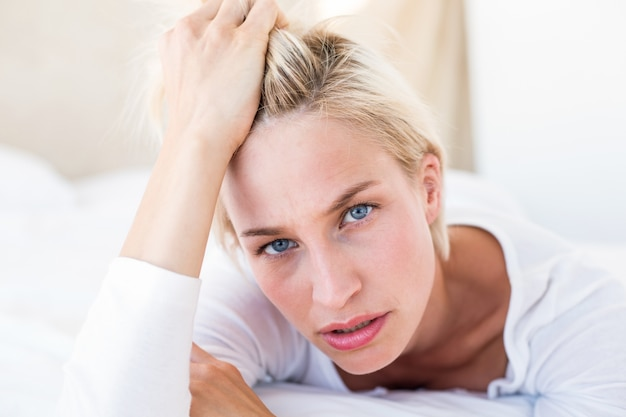 Rozważny blondynki kobiety lying on the beach na łóżku