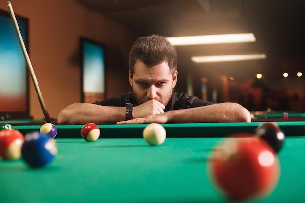 Rozważny człowiek gra w bilardћ
