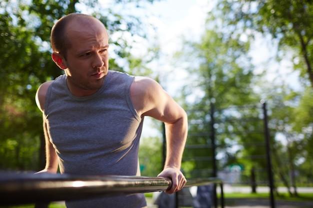 Rozważny człowiek robi ćwiczenia fizyczne