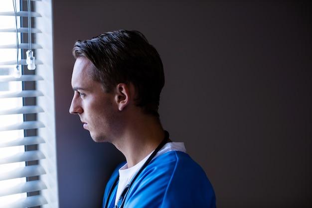 Rozważny doktorski patrzeć przez okno