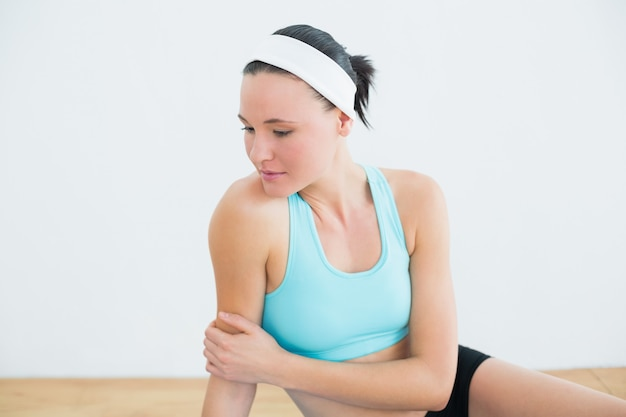 Rozważny kobiety obsiadanie w sprawności fizycznej studiu