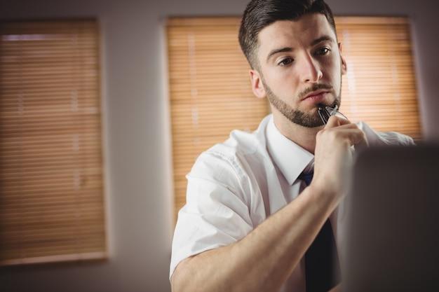 Rozważny mężczyzna w biurze