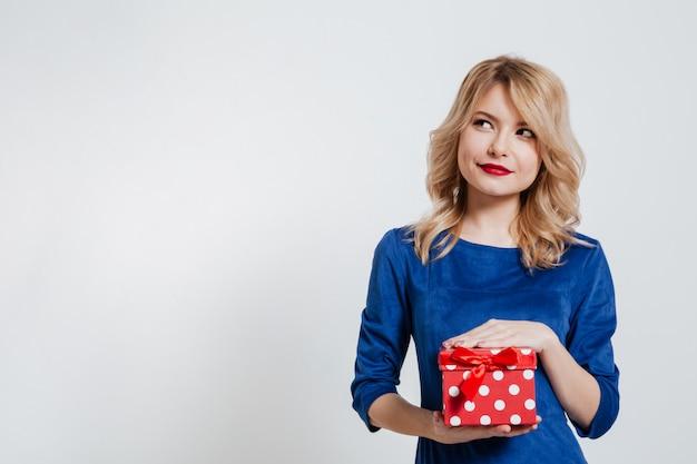 Rozważny młodej kobiety mienia prezenta pudełko