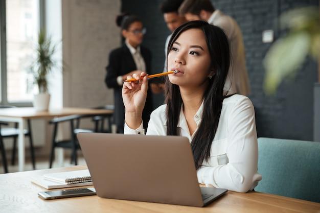 Rozważny młody azjatykci bizneswoman