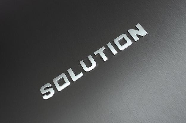 Rozwiązanie słowne pisane ukośnie z chromowanymi literami na aluminiowym tle