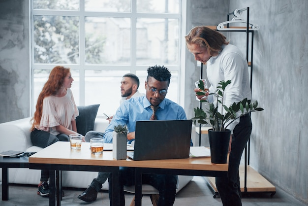 Rozwiązywanie jest w toku. młoda biznes drużyna pracuje na laptopie z laptopem