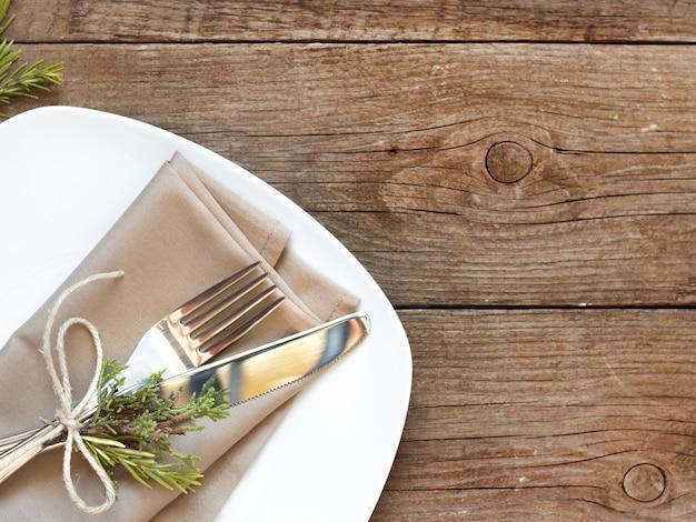 Rozwidlenie i nóż na pielusze i starym drewnianym stołowym odgórnym widoku z kopii przestrzenią
