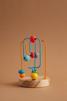 Rozwijająca zabawka dla dzieci labirynt drewnianych koralików na brązowym tle