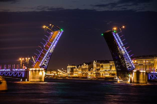 Rozwód mostów w petersburgu. nocne miasto rosji. rzeka newy