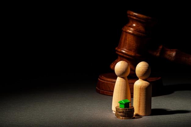 Rozwodowa koncepcja podziału nieruchomości. drewniana rodzina z młotkiem domowym i sędziego