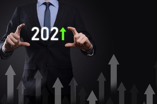 Rozwój biznesu do sukcesu i rosnącego roku 2021 koncepcja. zaplanuj wykres wzrostu biznesu w koncepcji roku 2021. biznesmen plan i wzrost pozytywnych wskaźników w jego działalności.