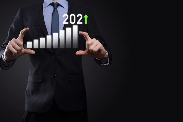 Rozwój biznesu do sukcesu i rosnącego wzrostu koncepcja na rok 2021 planowanie wykresu wzrostu biznesu w koncepcji roku 2021 plan biznesmena i wzrost pozytywnych wskaźników w jego biznesie.