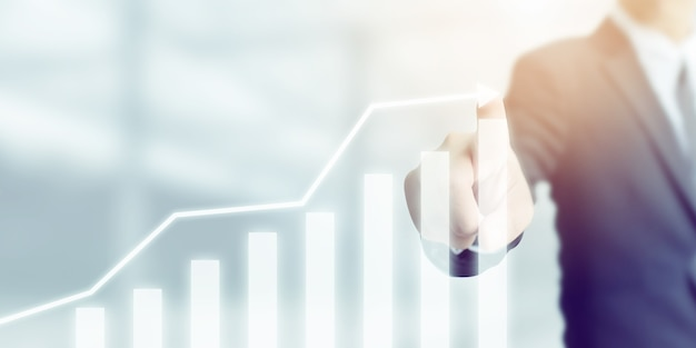 Rozwój biznesu do sukcesu i rosnącej koncepcji wzrostu, biznesmen wskazujący strzałkę wykres korporacyjny plan przyszłego wzrostu