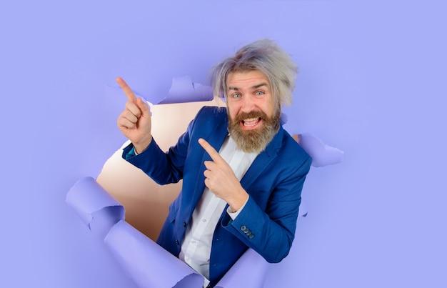 Rozwój biznesu dzięki papierowemu brodatemu mężczyźnie patrzącemu przez papierową przestrzeń reklamową dla